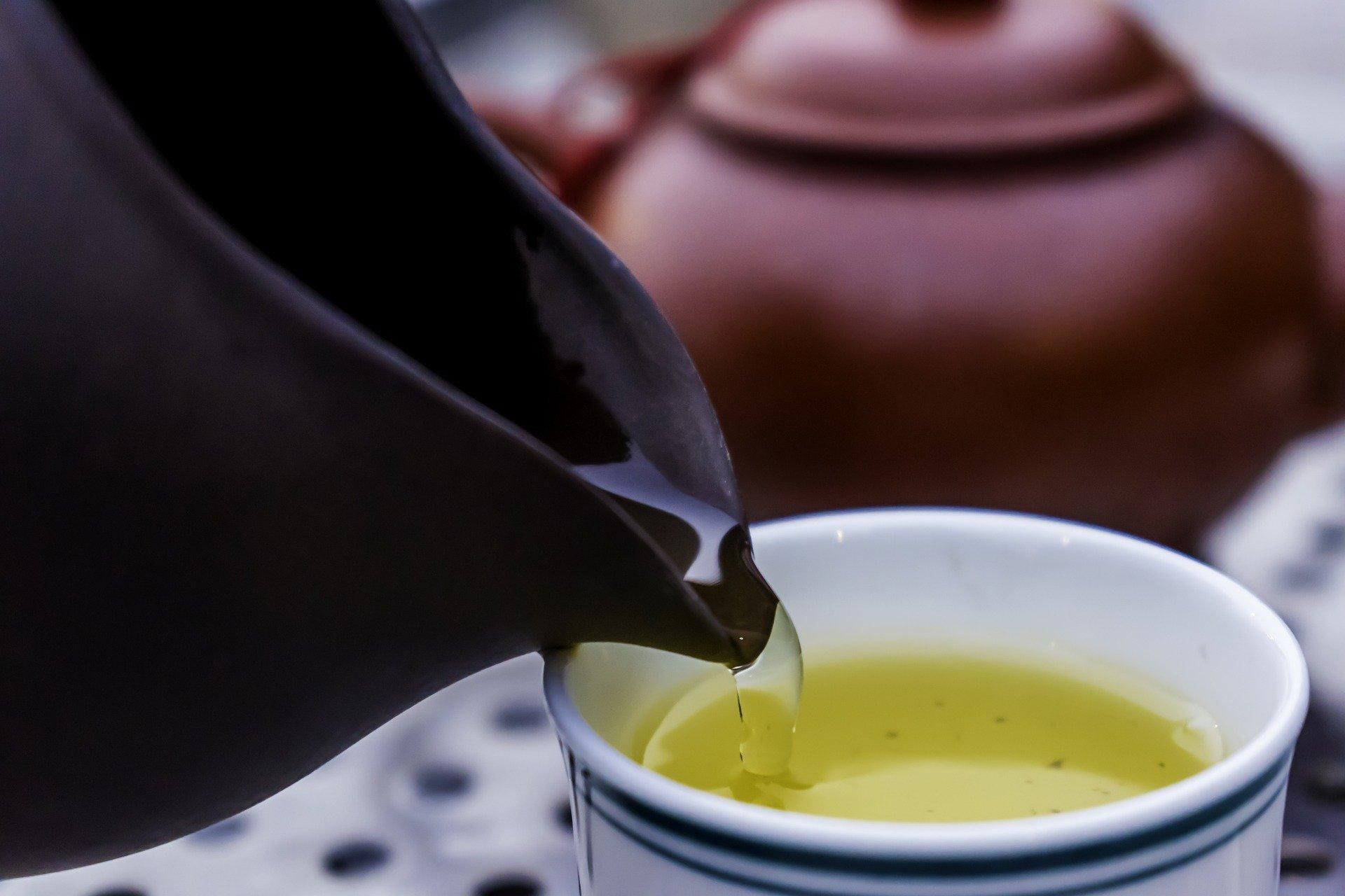 Podávání bylinkového čaje