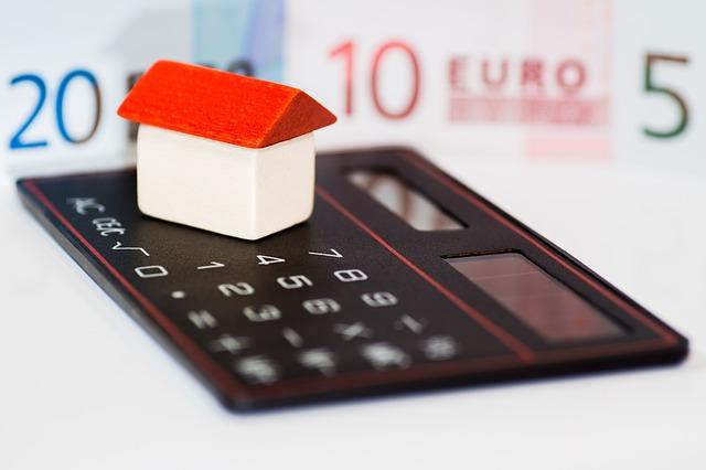 domek, peníze a kalkulačka