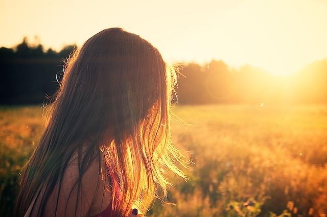 dívka u západu slunce