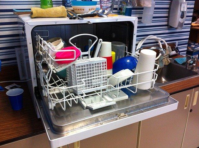 plná myčka nádobí