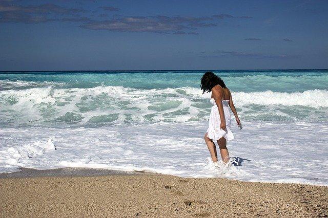 dívka v moři
