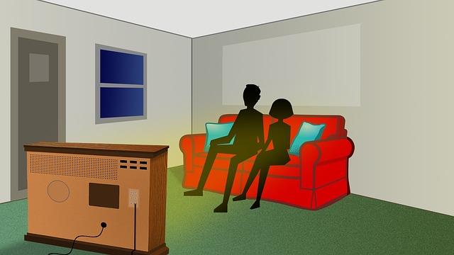 pár při sledování televize